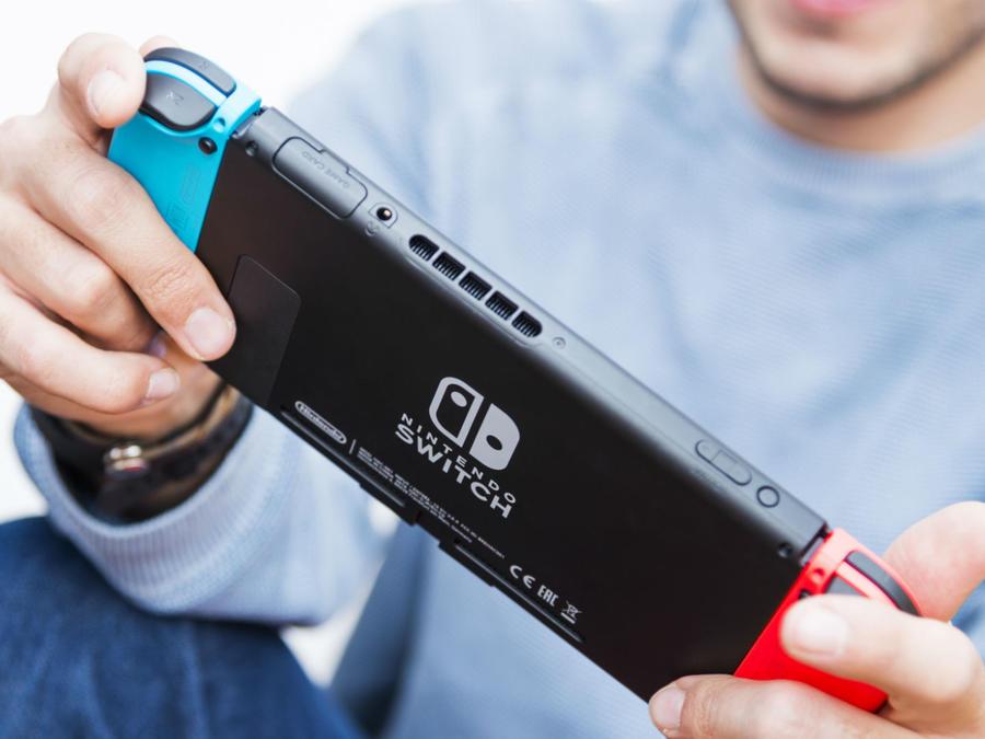 Hombre joven jugando con su Nintendo Switch