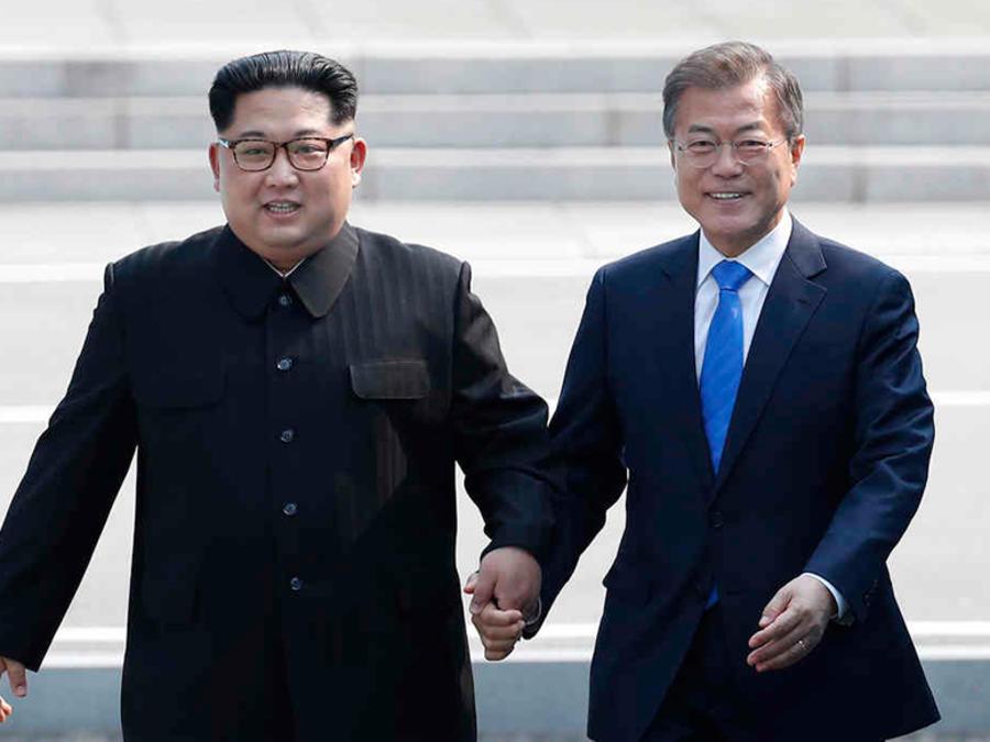 El líder de Corea del Norte, Kim Jong UN y su contraparte de Core del Sur, Moon Jae-in, en una histórica reunión el 26 de abril de 2018