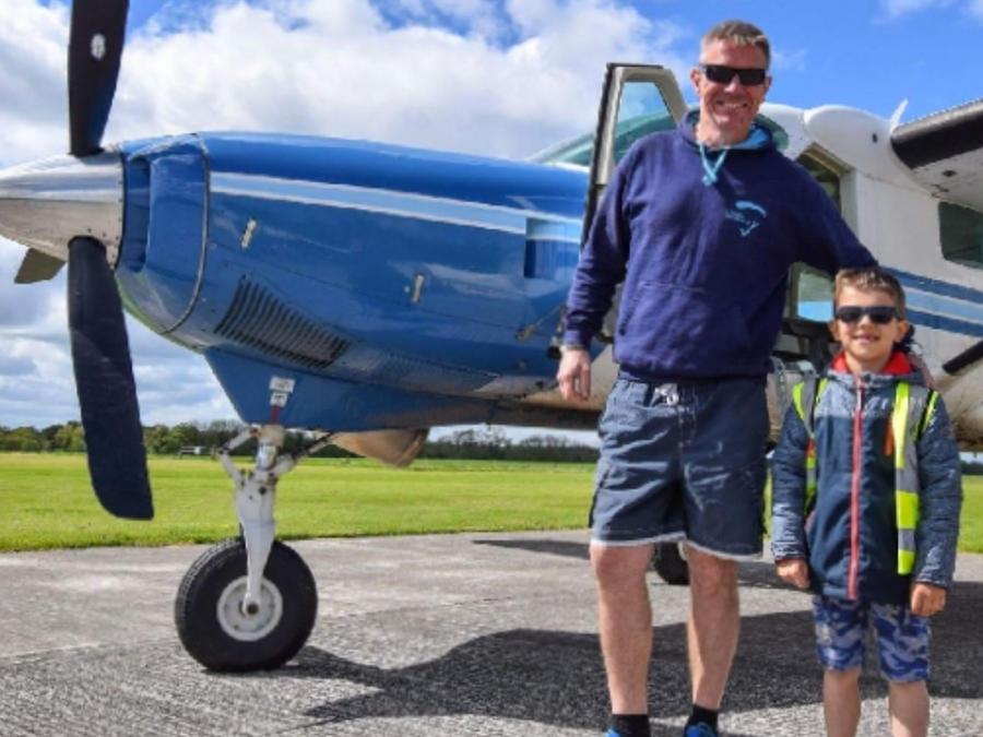 Lamentablemente, en la aeronave viajaban Kacper (derecha), hijo de Kris Kacprzak (izquierda) y el piloto Neil Bowditch. Ambos fallecieron.