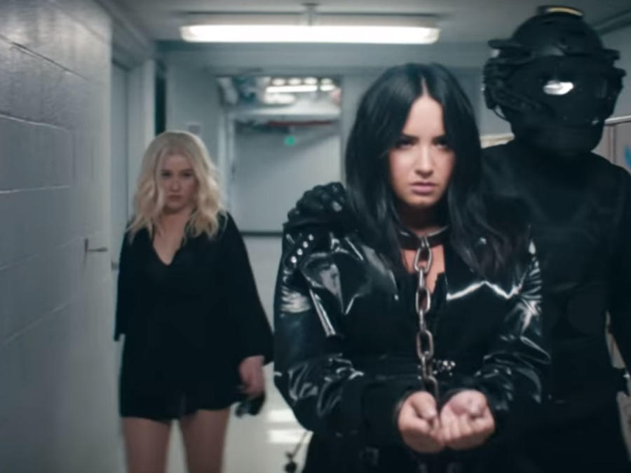 "Christina Aguilera con Demi Lovato en ""Fall in Line"""