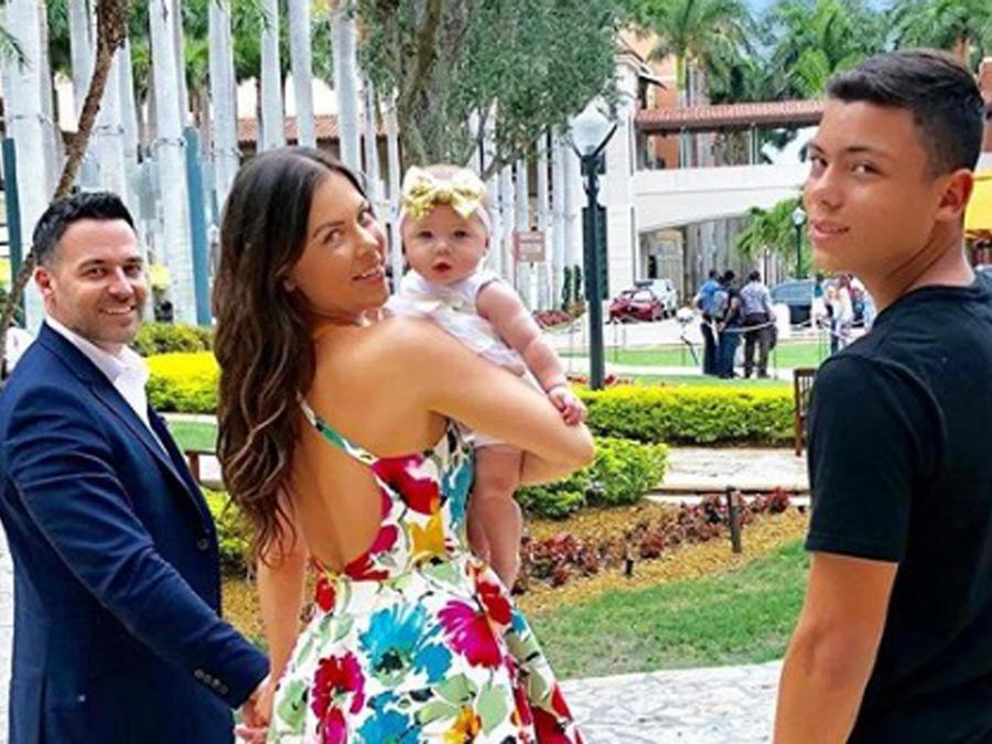 Ximena Duque con su esposo y sus hijos
