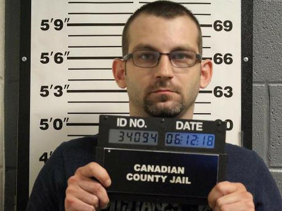 James Glen Otterbine, de 32 años, fue arrestado en su residencia en Oklahoma y acusado de secuestro y abuso doméstico en presencia de un menor.