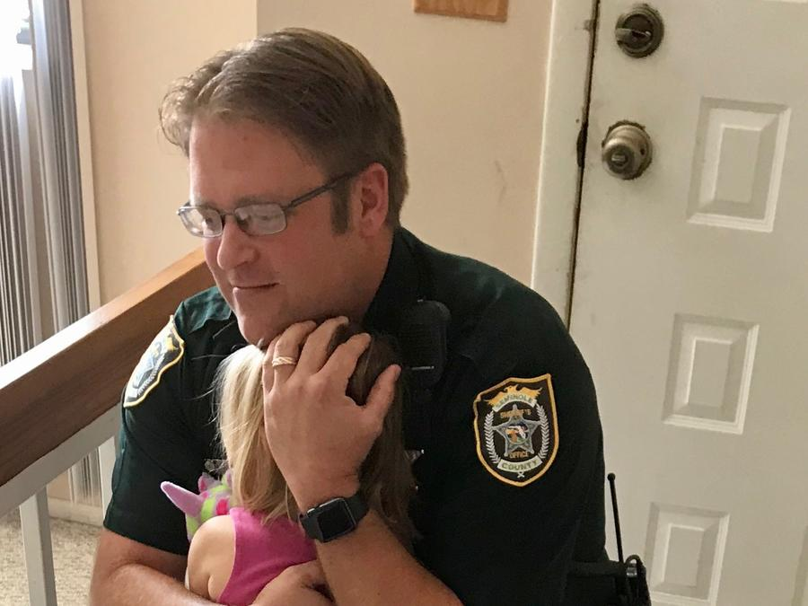 Niña de tres años se recupera tras pasar noche en un carro.