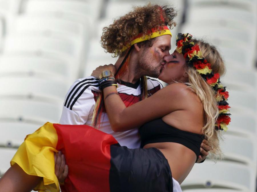 Pareja de aficionados besándose en el Mundial