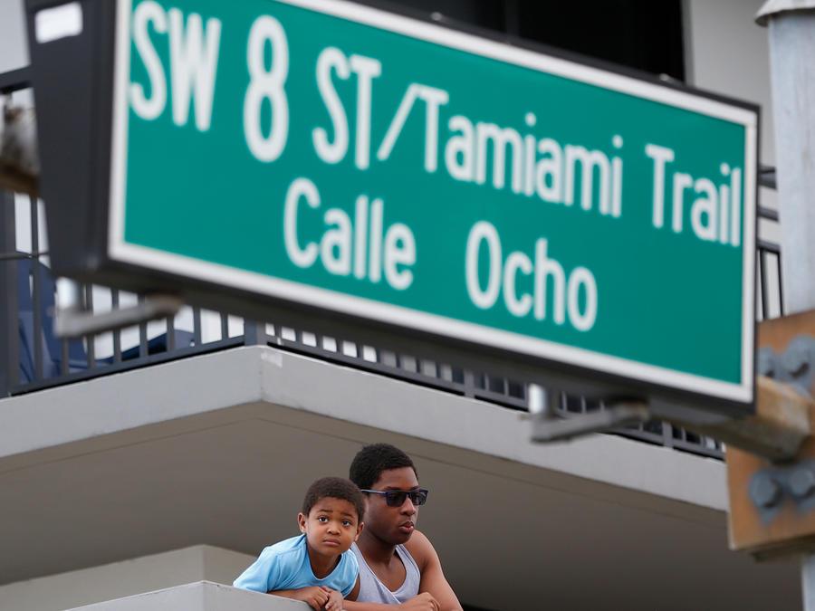 Hispanos en la Calle Ocho de Miami, Florida