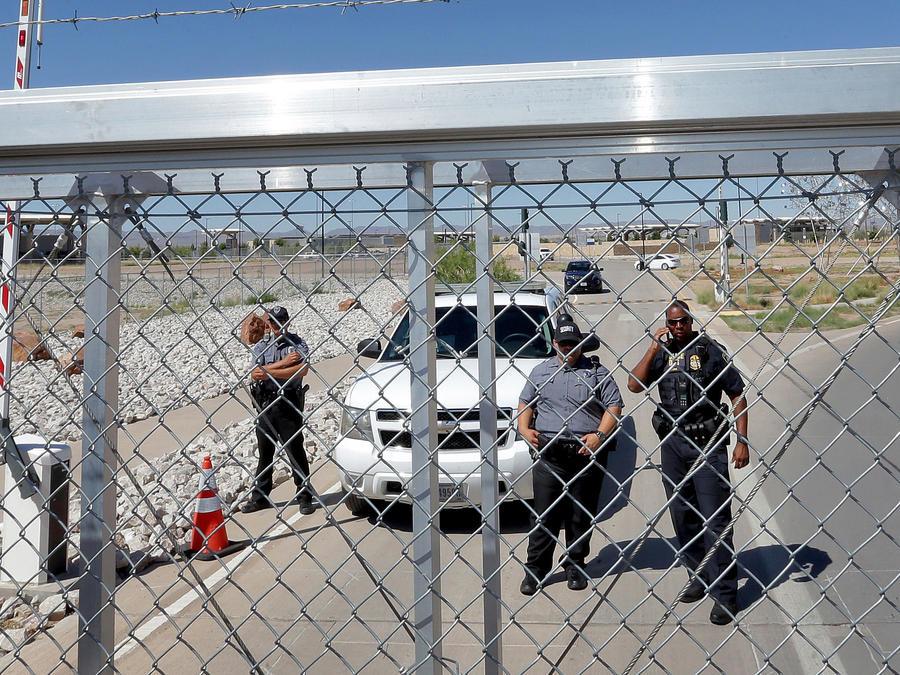 Agentes de la patrulla fronteriza en la división entre EEUU y México