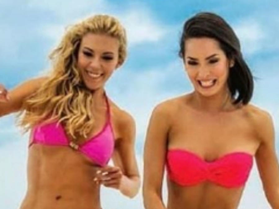 Fernanda Castillo y Carmen Villalobos en bikini