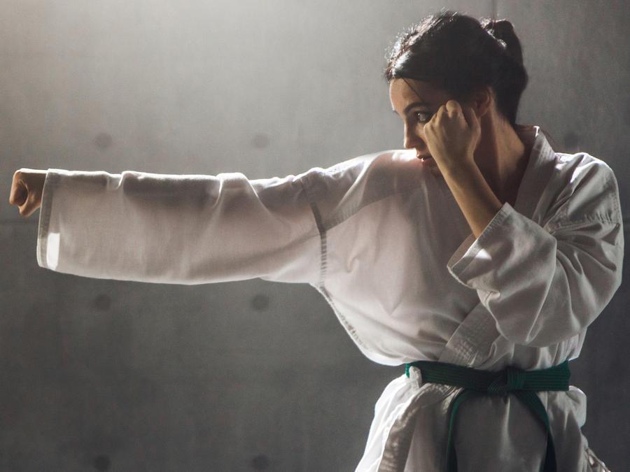 Mujer con kimono haciendo karate