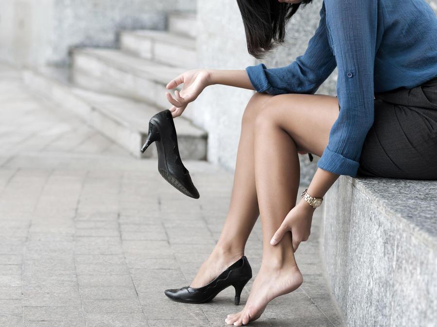Mujer con dolor en una pierna