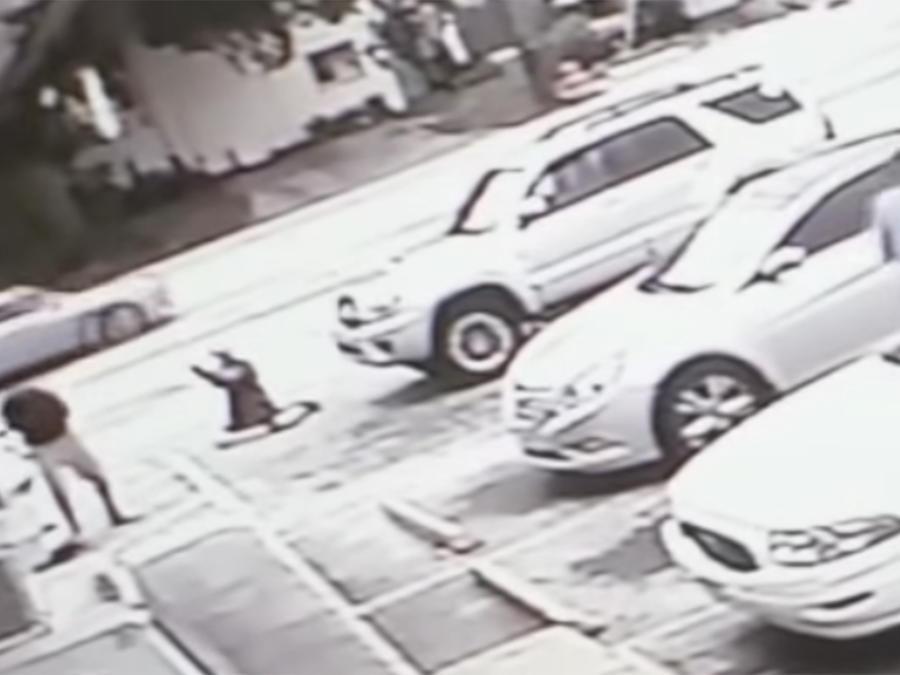 McGlockton recibe un disparo de Drejka, según la grabación de una cámara de seguridad difundida por la policía