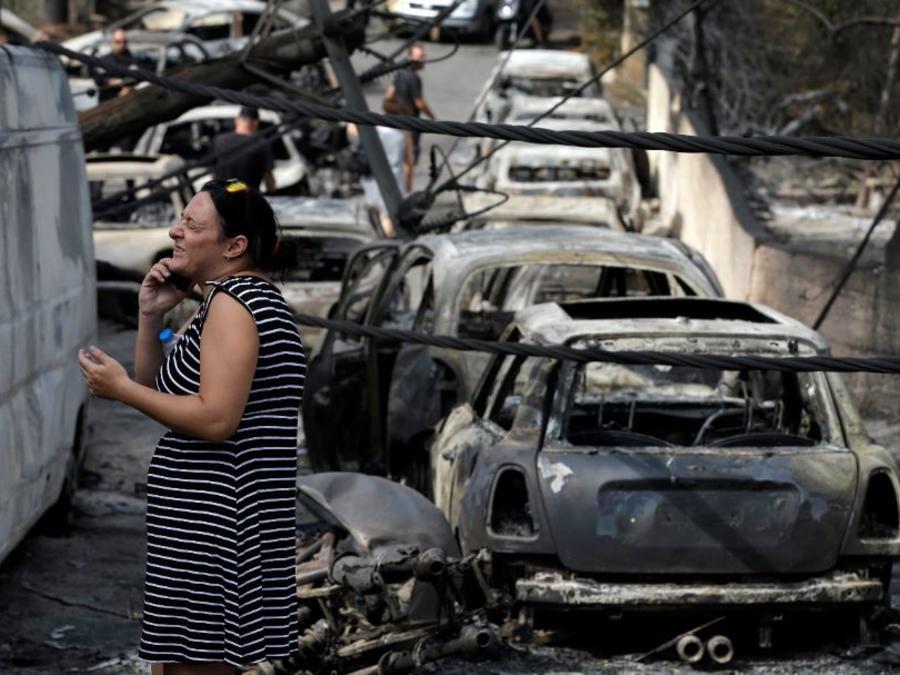 Restos calcinados de automóviles incendiados tras incendio en Mati, al este de Atenas.