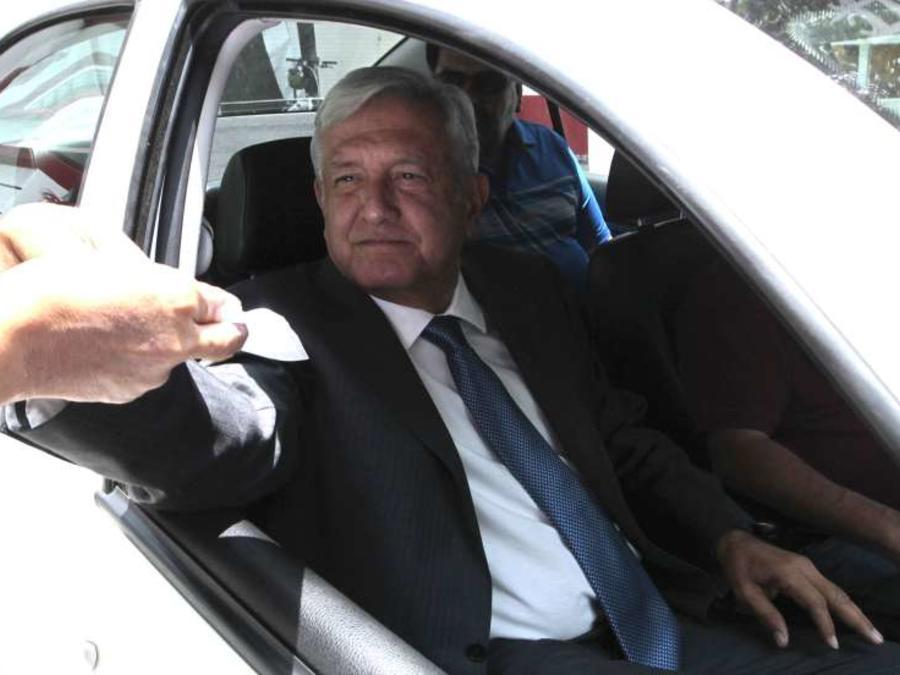 Archivo: El presidente electo de México, Andrés Manuel López Obrador, saluda a seguidores