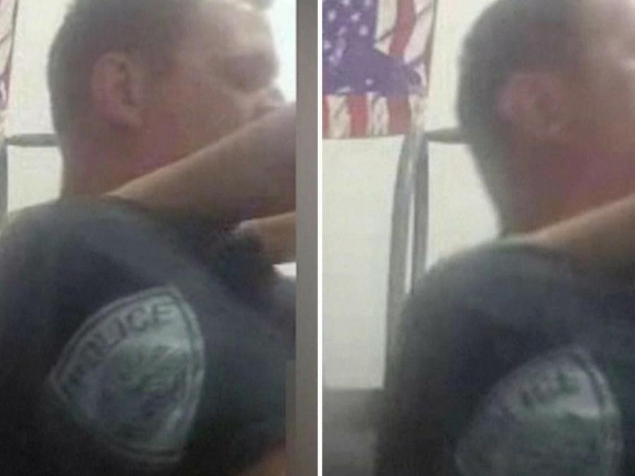 La grabación muestra a un hombre vestido con una camisa de uniforme, pero sin pantalones ni ropa interior.