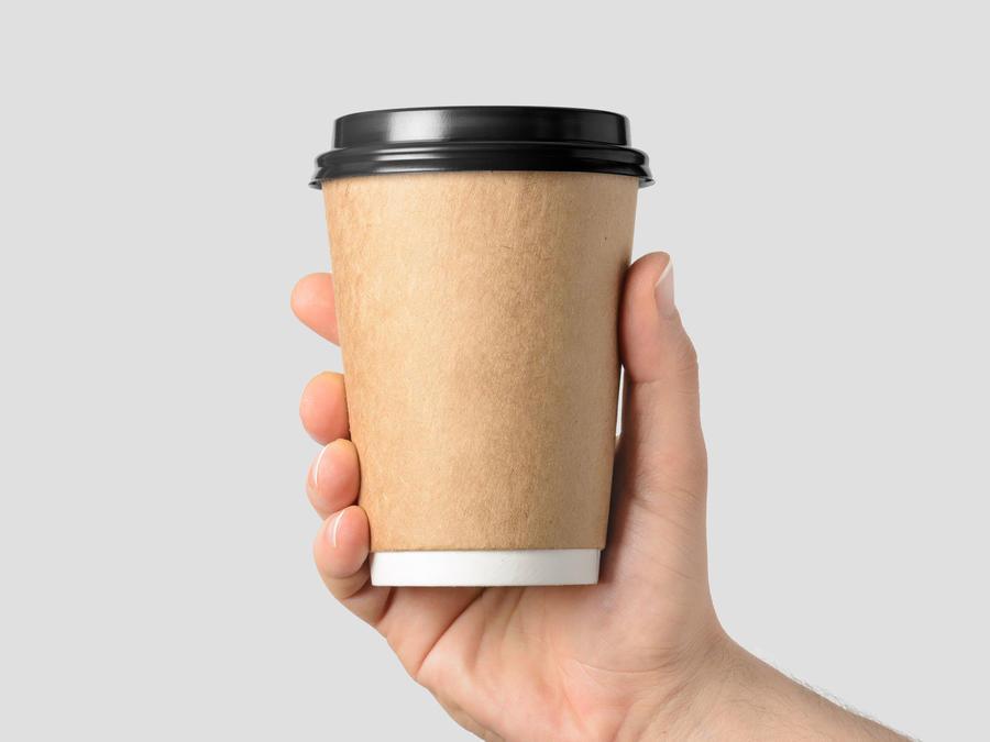 Mano sosteniendo café