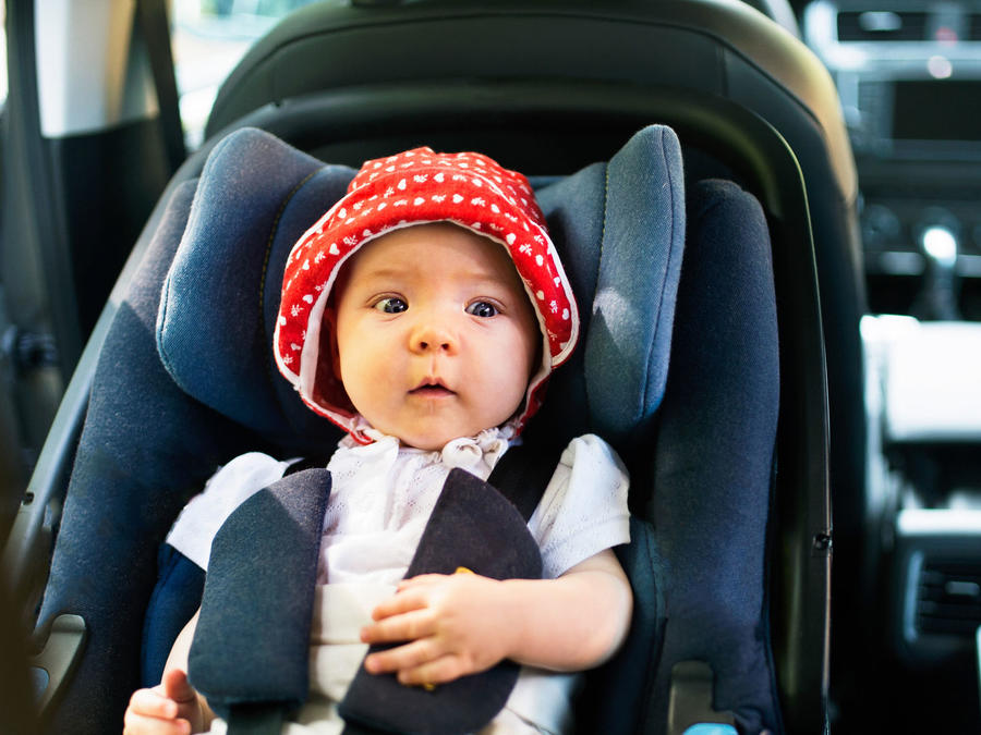 Bebé en el coche, mirando hacia atrás