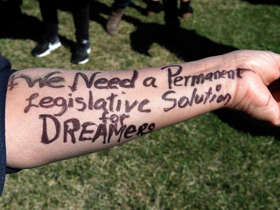 Una persona enseña su brazo con ñun mensaje a favor de los dreamers en una imagen de archivo