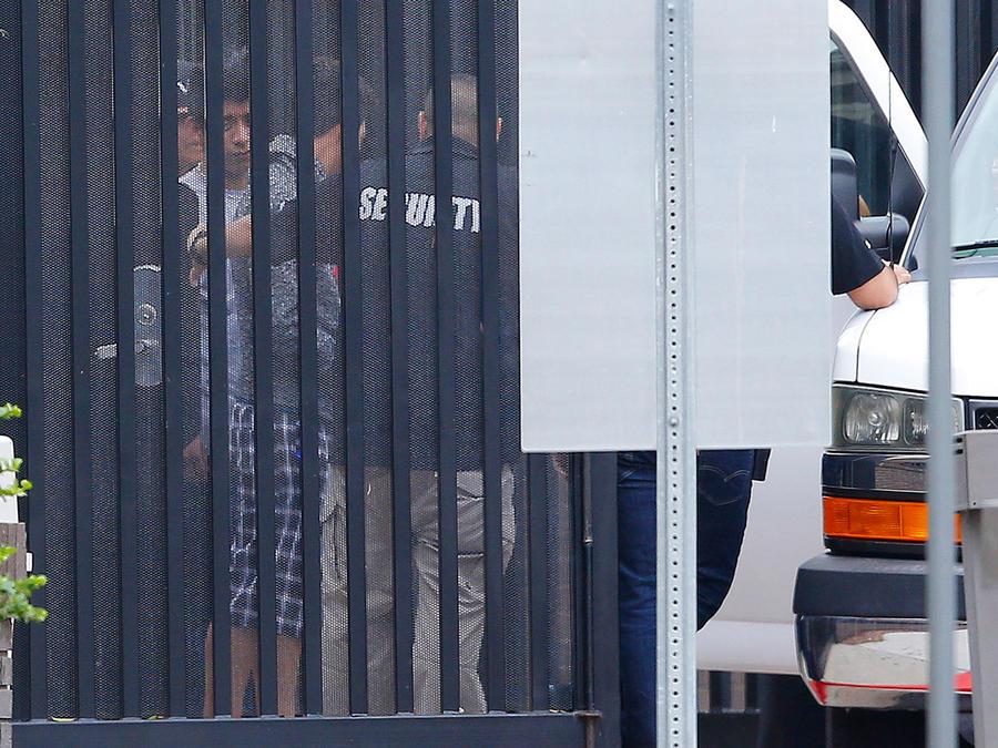 Jóvenes siendo llevados por agentes de ICE a un centro de detención en Phoenix, Arizona