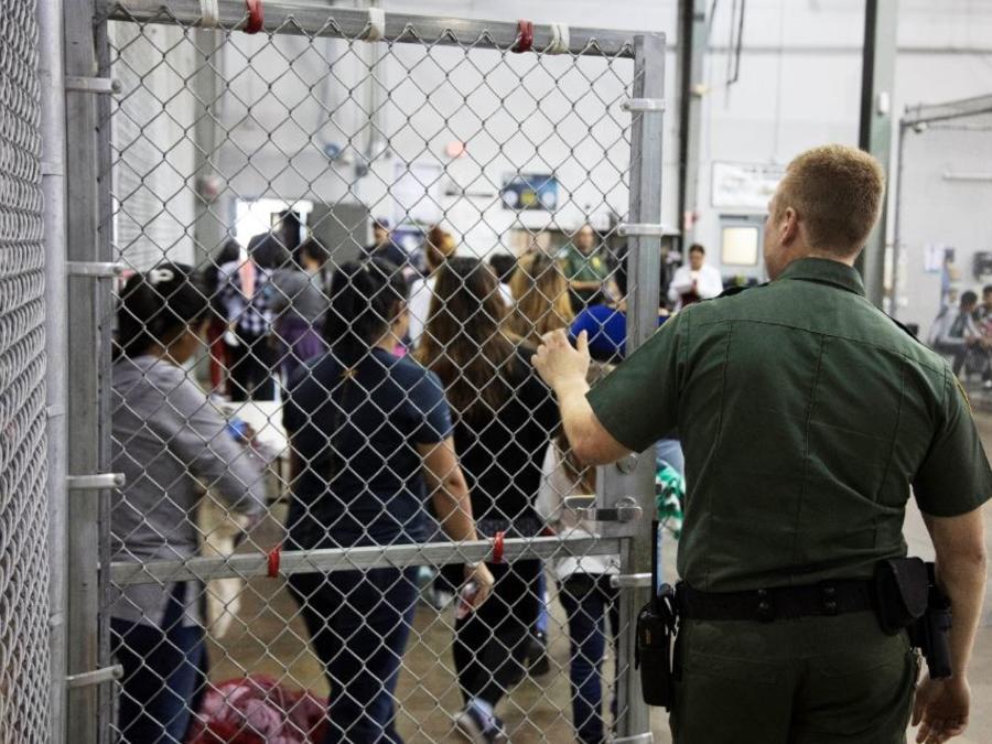 Agente de la Patrulla Fronteriza y detenidos tras entrar en forma ilegal en EE.UU. en una instalación de Texas en una foto de archivo.