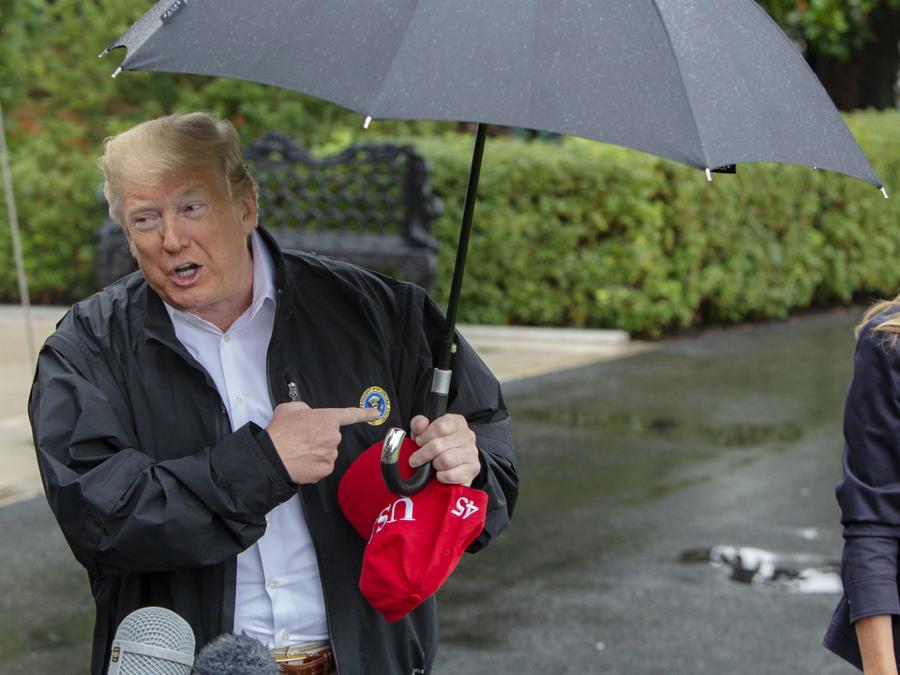 Donald Trump y Melania bajo la lluvia
