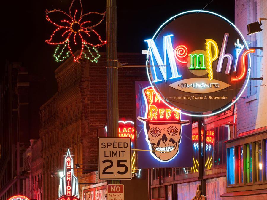 Calle Beale en Memphis, por la noche