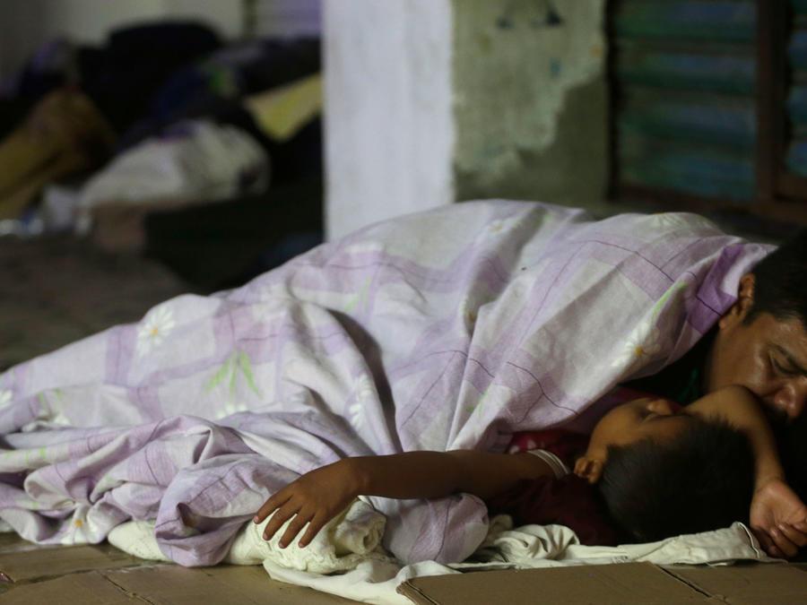 Un padre con su hijo dormido en las calles de Huixtla