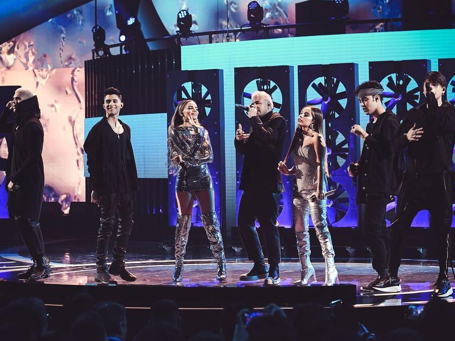 Becky G, Leslie Grace y CNCO cantan juntos en los Latin AMAs