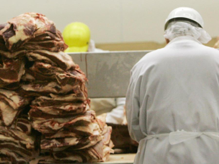 Un hombre en una procesadora de carne en una imagen de archivo