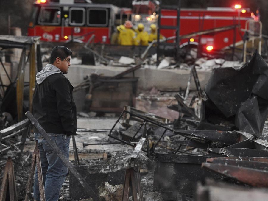 Ricky Alvarado mira lo que fue su cada móvil ahora convertida en cenizas en Agoura Hills, California el 11 de noviembre de 2018