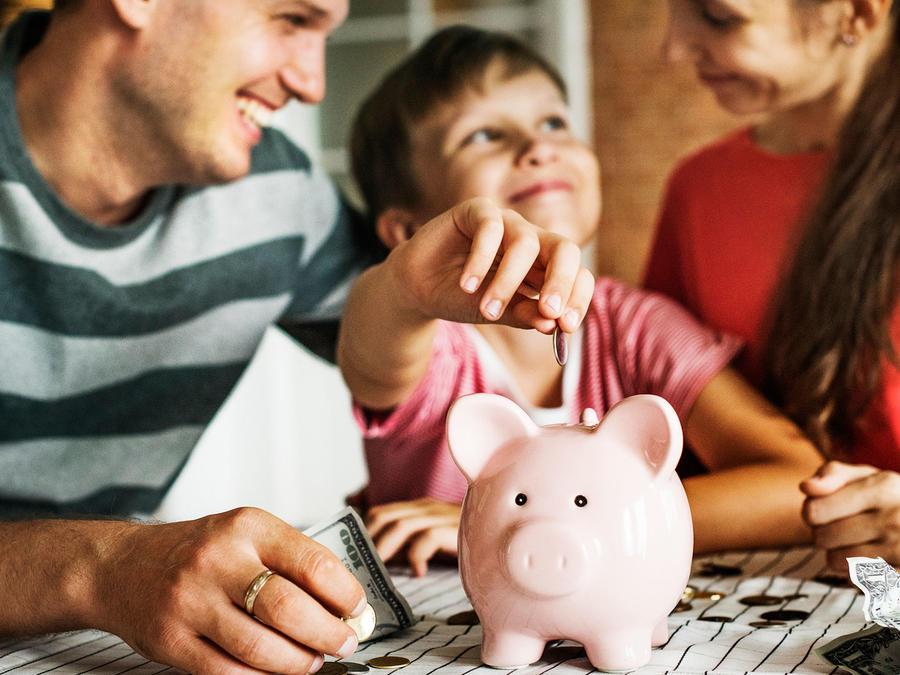 Familia ahorrando dinero