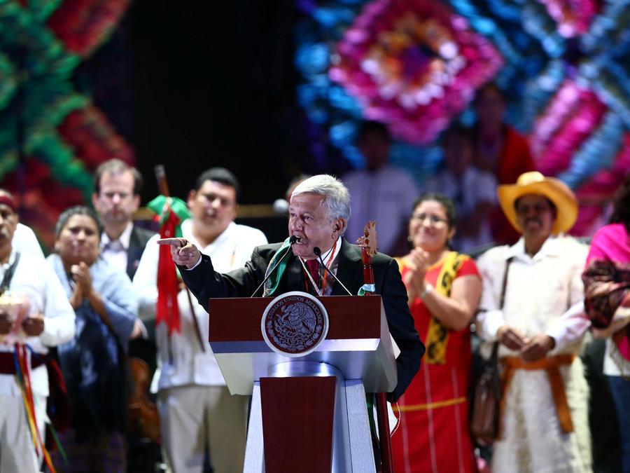 AMLO con indígenas durante su discurso en el Zócalo capitalino después de su investidura el 1 de diciembre de 2018