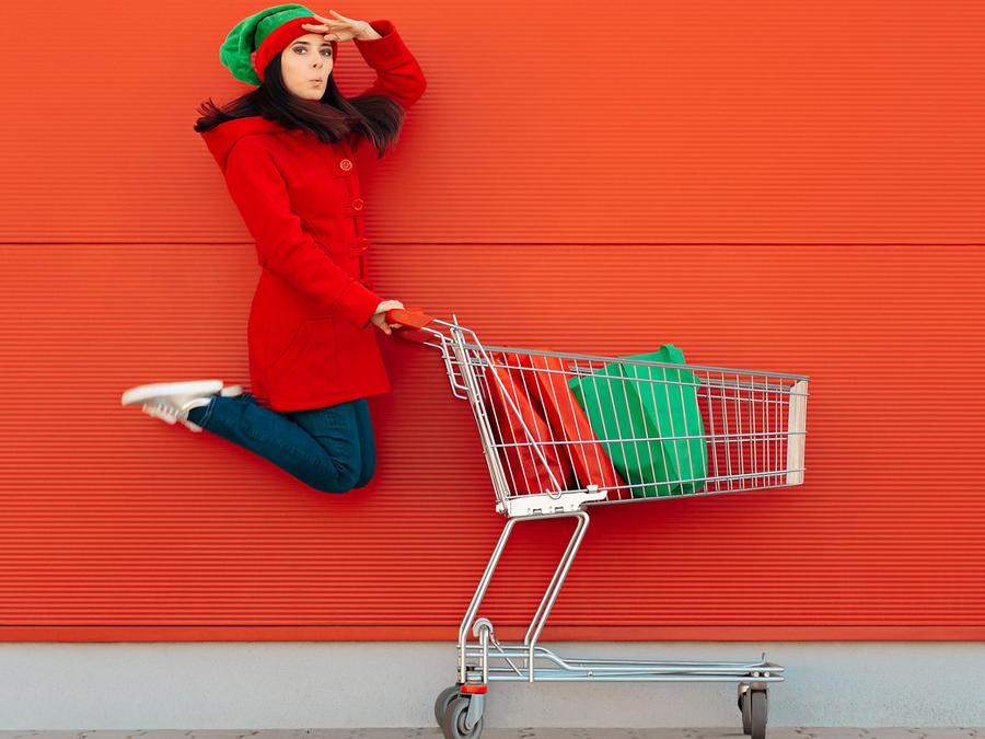 Mujer haciendo compras de Navidad