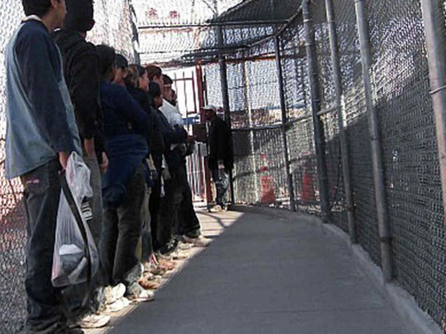Fotografía de archivo de inmigrantes en el cruce fronterizo de El Paso, Texas.