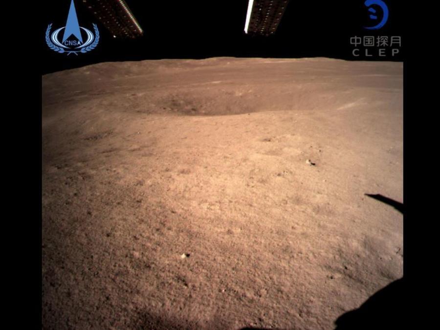 Foto de la cara oculta de la Luna tomada este jueves por la sonda china Chang'e-4.