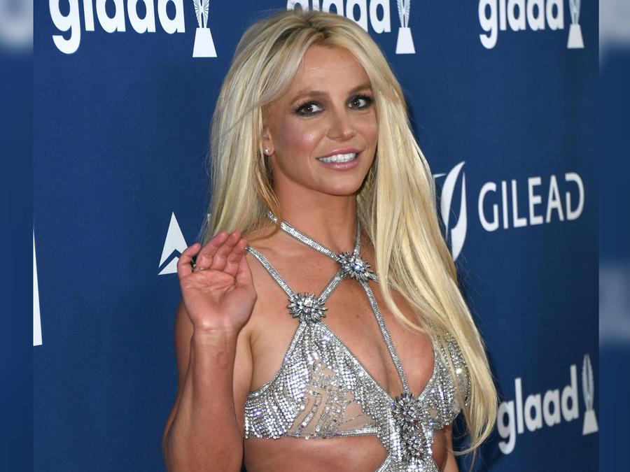 Britney Spears con vestido plateado