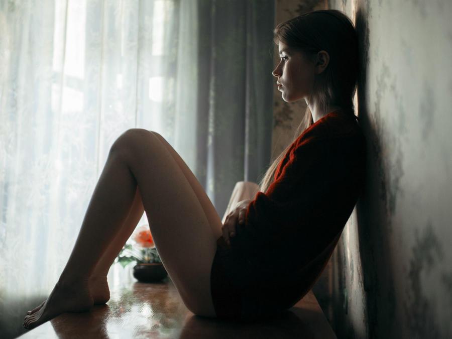 Mujer deprimida en su sala