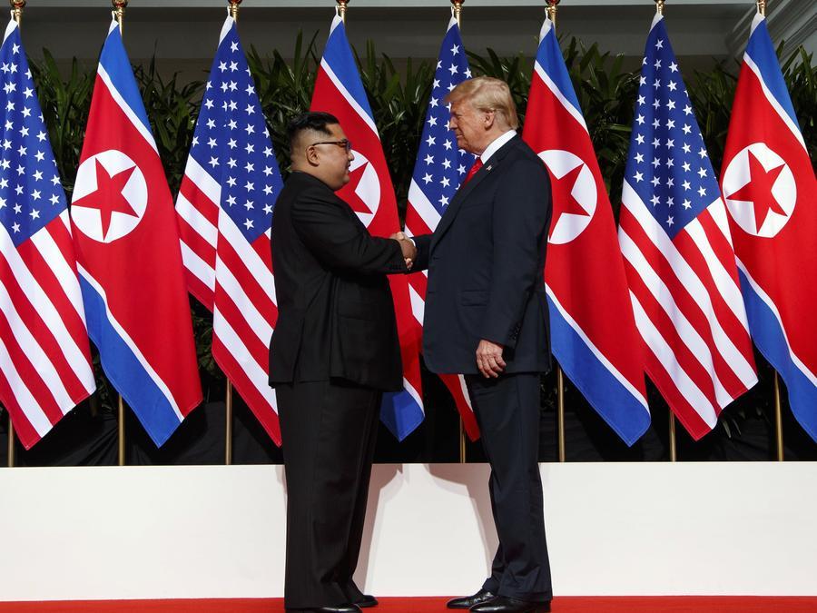 El líder norcoreano Kim Jong Un y el presidente de Estados Unidos, Donald Trump, se dan la mano