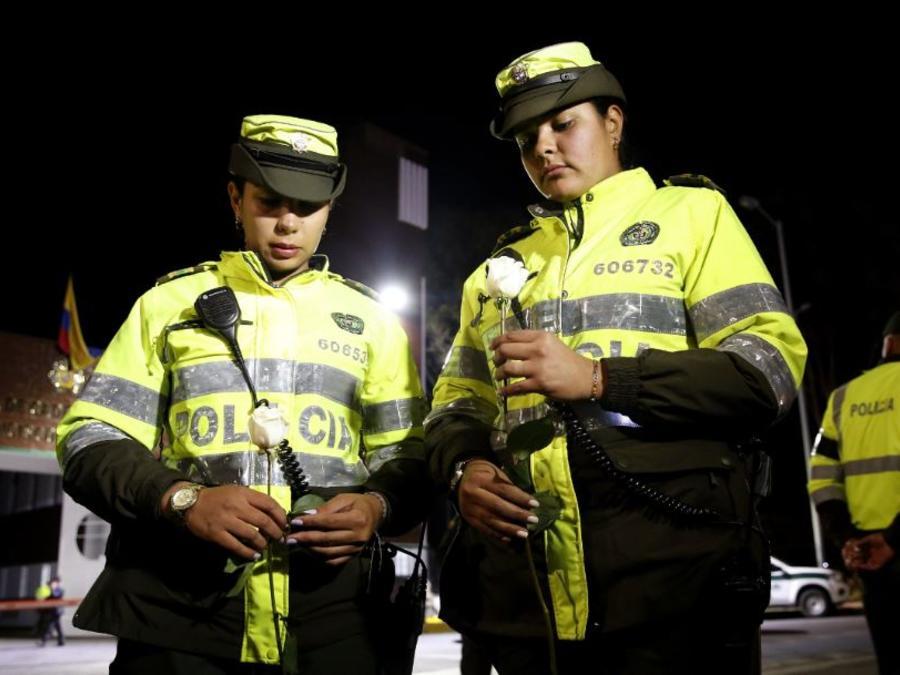 Miembros de la policía de Colombia participan en un plantón este jueves frente a la Escuela de Cadetes de Policía General Francisco de Paula Santander, en Bogotá (Colombia).