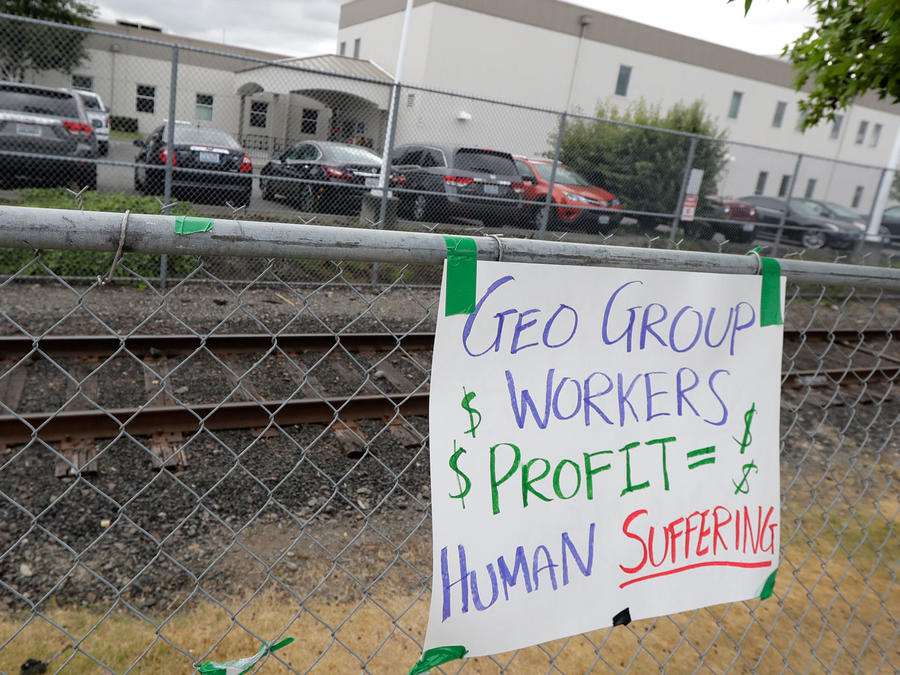 Cartel de protesta contra centro de detención de GeoGroup en Tacoma, estado de Washington, en octubre de 2018