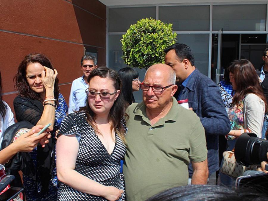 Dafne McPerson con su padre Édgar McPerson a su salida este miércoles de los juzgados en el municipio de San Juan del Río, en el estado de Querétaro (México).