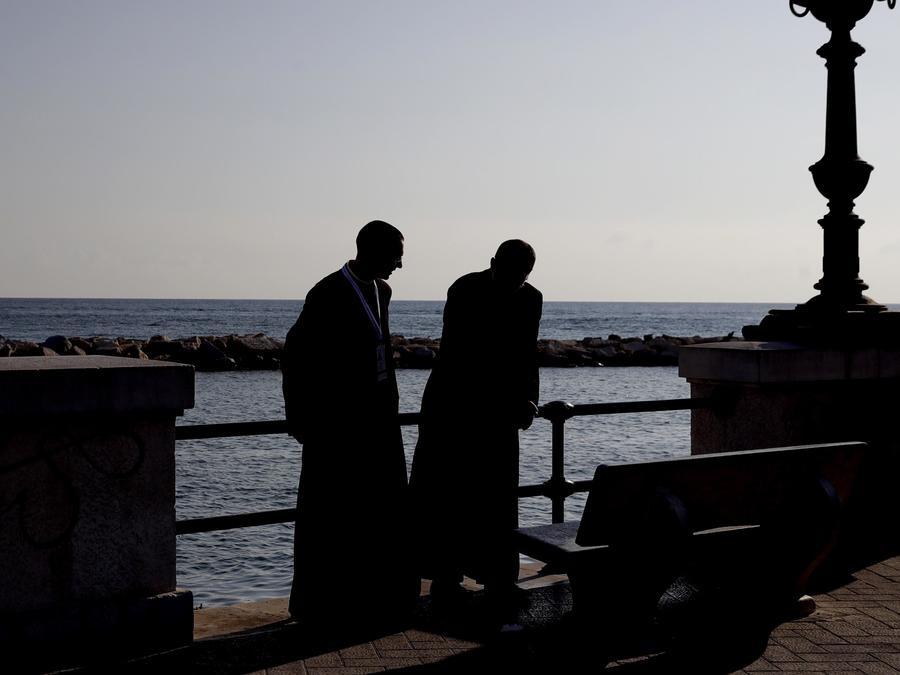 Foto de archivo de dos sacerdotes de la Iglesia Católica