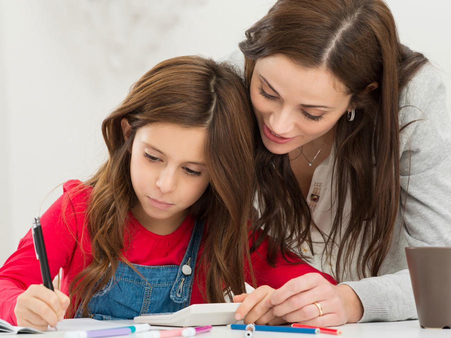 Madre e hija haciendo la tarea escolar