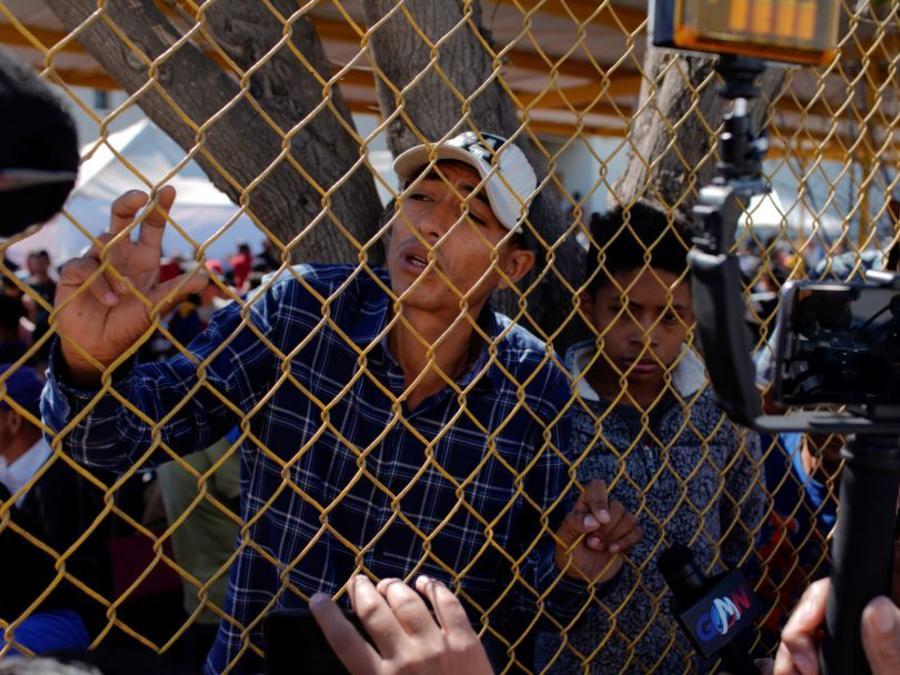 Un migrante habla este miércoles con periodistas desde dentro de un refugio provisional en Piedras Negras, México.