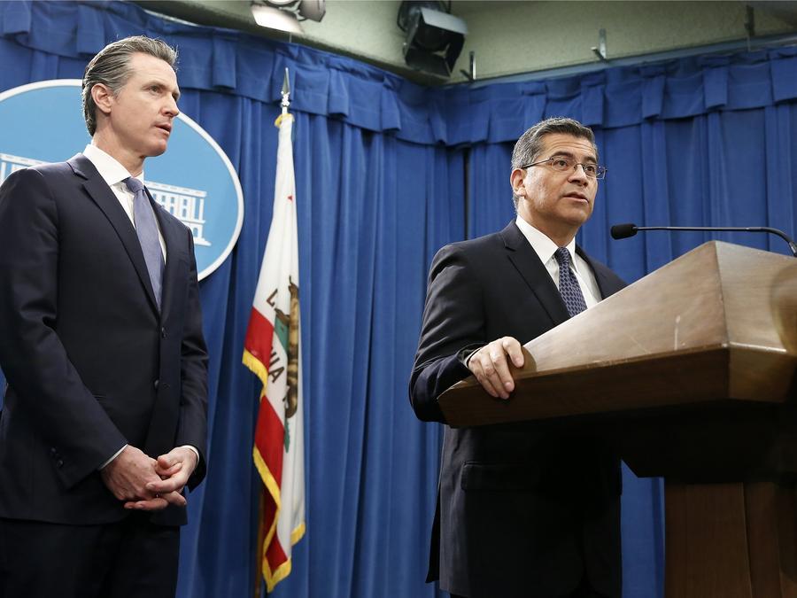 El gobernador de California, Gavin Newsom y el fiscal del mismo estado, Xavier Becerra