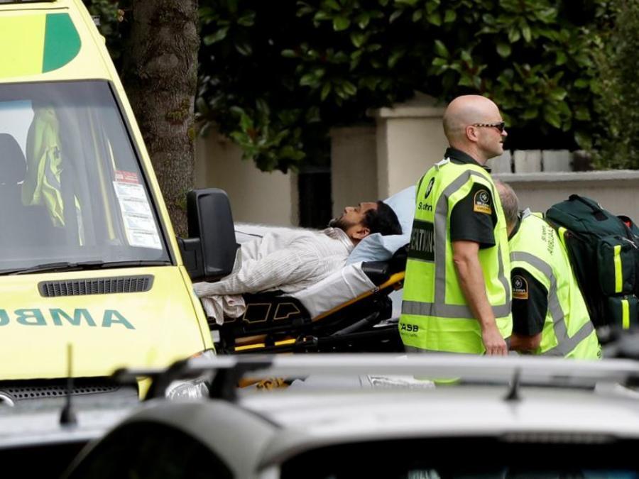 Personal sanitario atiende este viernes a un afectado afuera de una mezquita atacada en el centro de Christchurch, Nueva Zelanda.