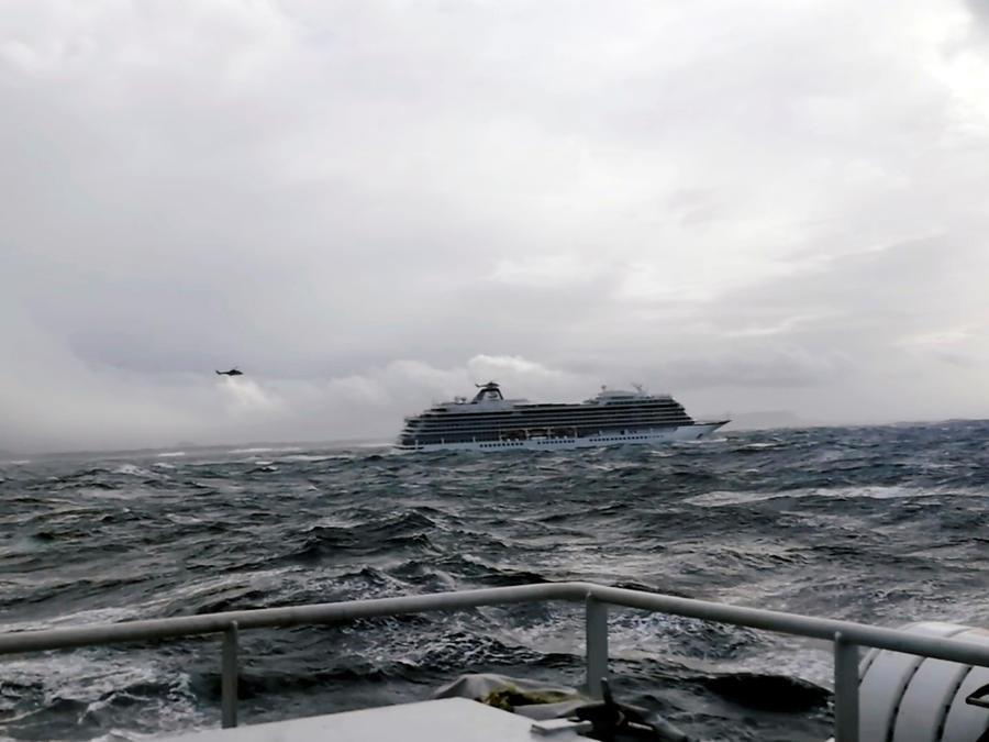 Crucero frente a costas de Noruega averiado. Las 1,300 personas a bordo tuvieron que ser evacuadas