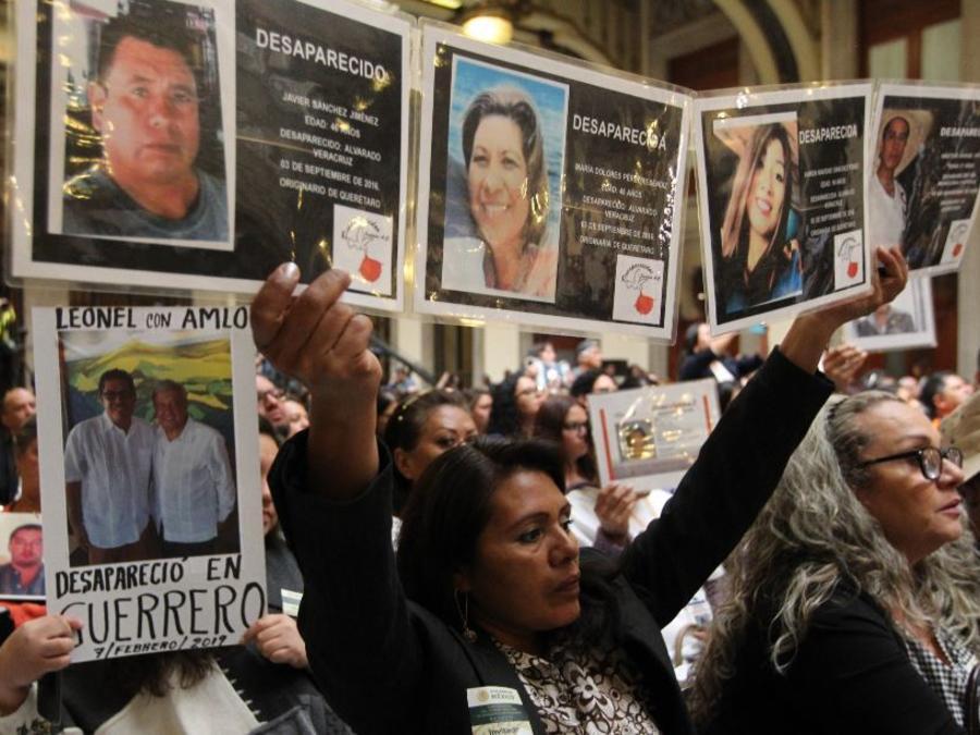 Familiares de personas desaparecidas este domingo en el acto de reinstalación del Sistema Nacional de Búsqueda de Personas Desaparecidas en el Palacio Nacional.