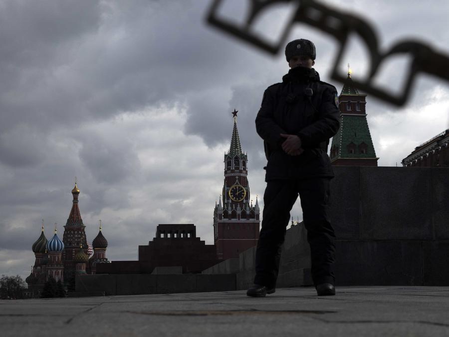 Un guardia cerca de el Kremlin el 23 de marzo de 2019