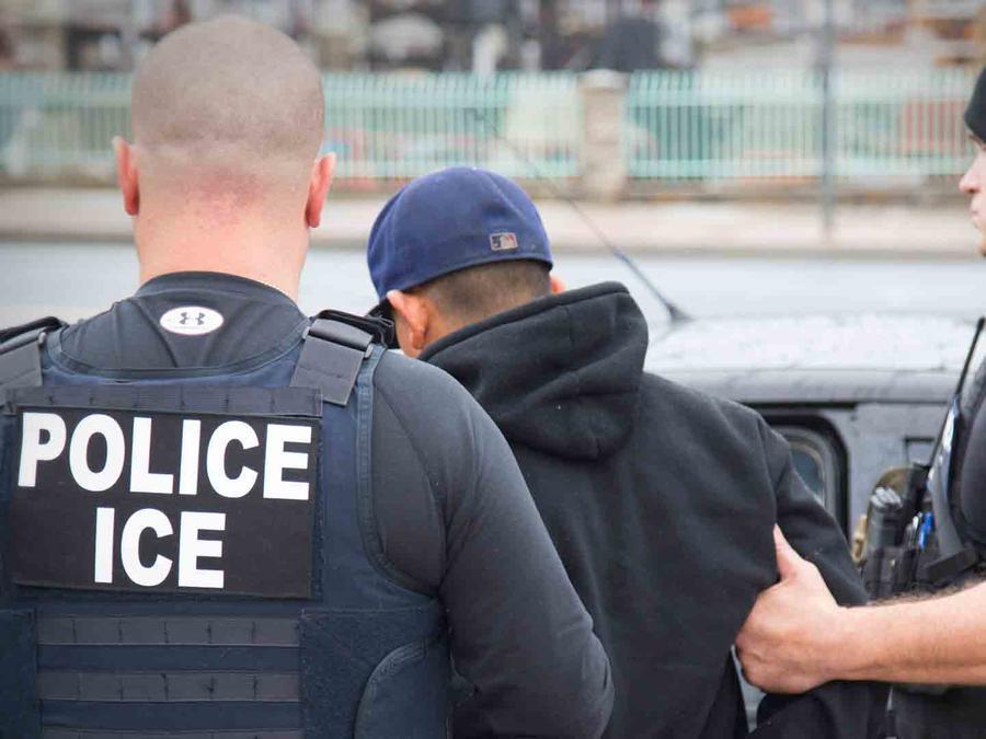 Foto de archivo de una redada de ICE.