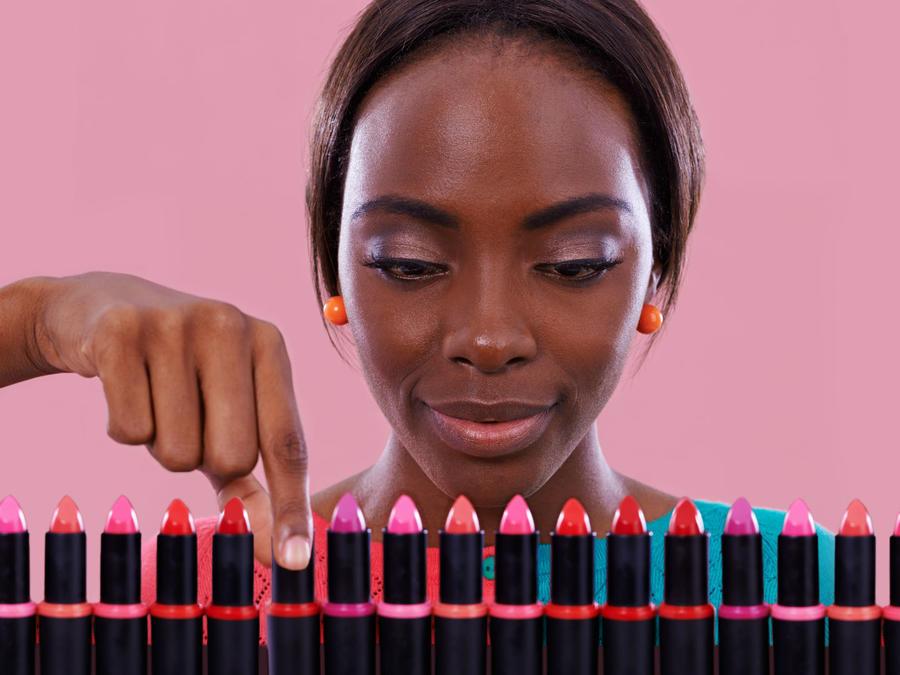 Mujer eligiendo labiales