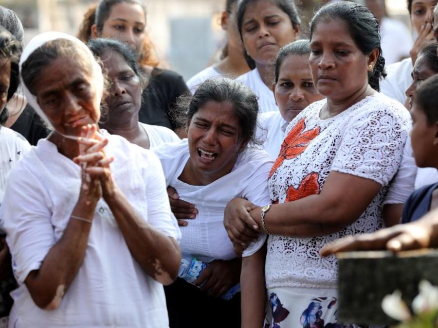 La madre de Shaini, de 13 años, víctima los ataques del domingo de Pascua en Sri Lanka, en su funeral este miércoles frente a la Iglesia de San Sebastián en Negombo.